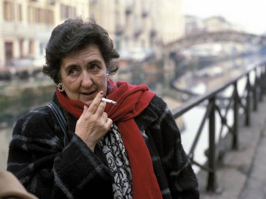 Alda Merini nella sua Milano, vicino al naviglio