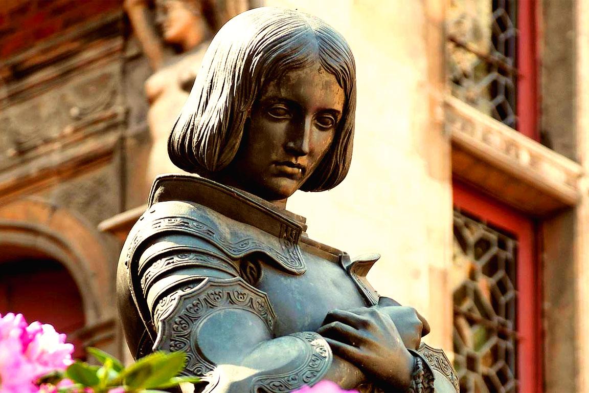Giovanna d'Arco (foto di una statua che la ricorda)
