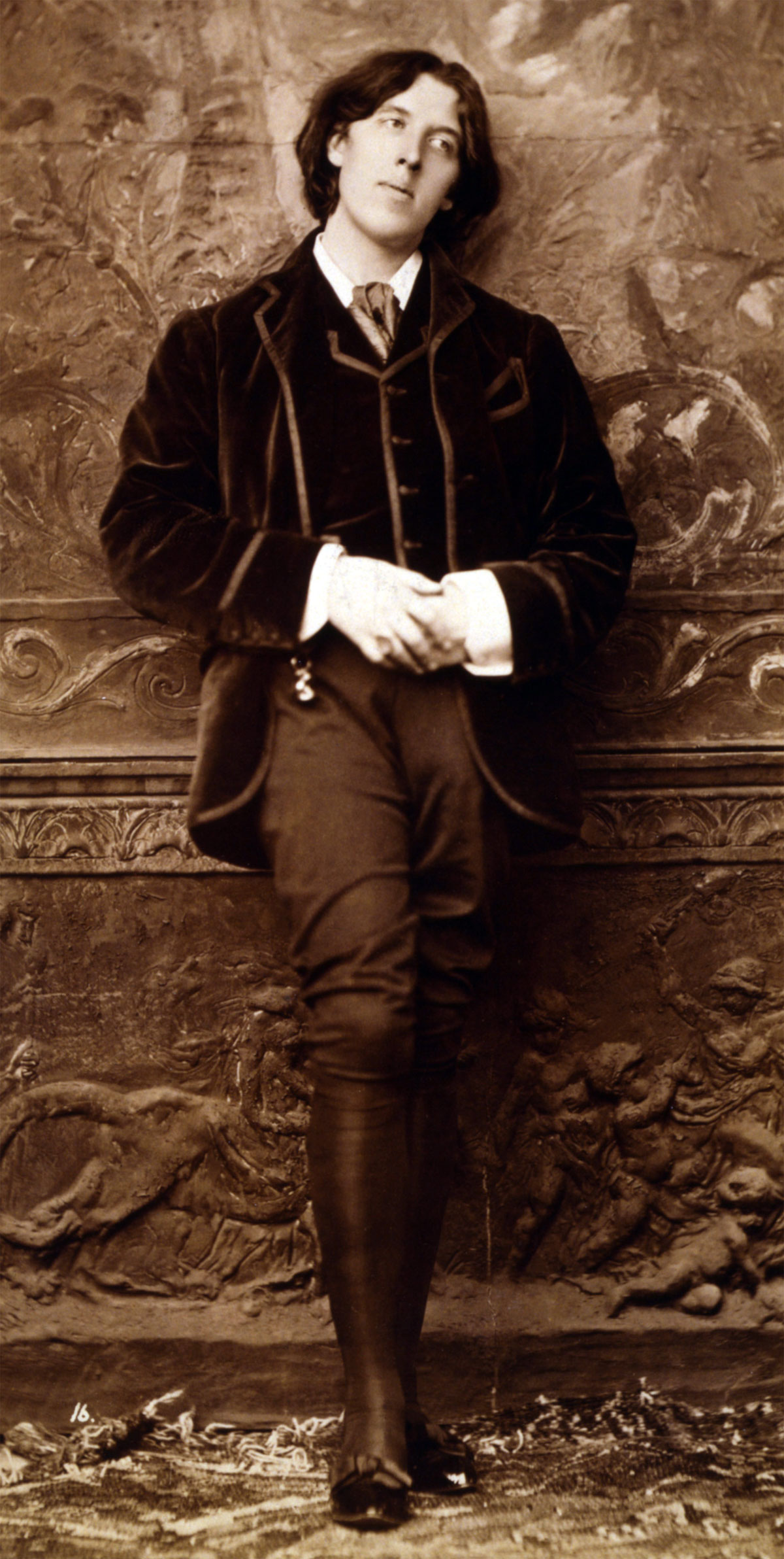 a biography of oscar wilde After his death: his friend frank harris wrote a biography richard ellmann wrote 'oscar wilde' (1987 and neil mckenna wrote 'the secret life of oscar wilde' (2003) two exceptional films were made about his life: 'the trials of oscar wilde (1960) starring peter finch and wilde (1997) starring stephen fry'.