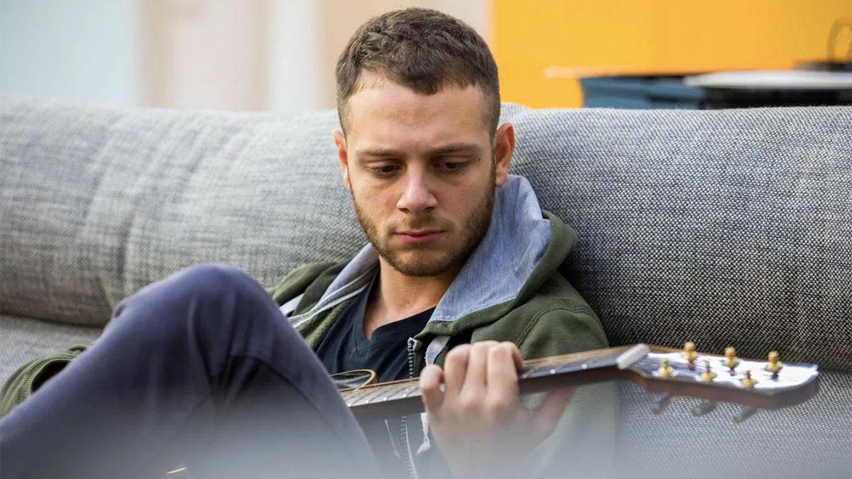 Anastasio suona la chitarra