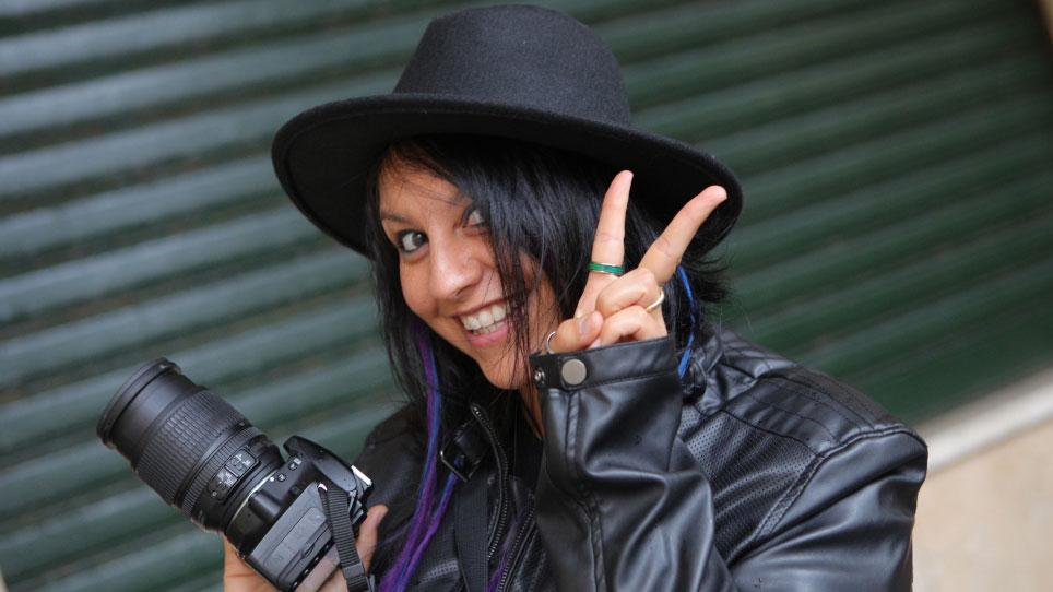 Simona Bianchera con macchina fotografica